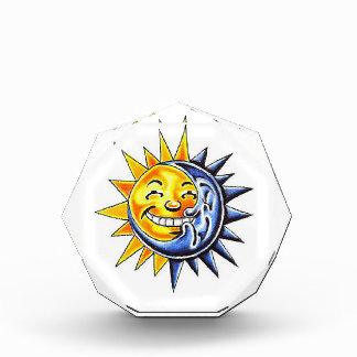 クールな漫画の入れ墨の記号の幸せな太陽の満月様顔貌 表彰盾