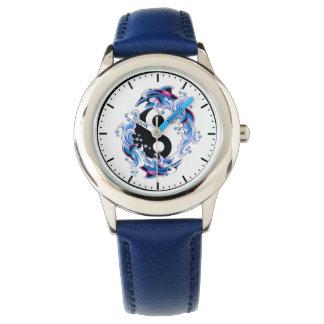 クールな漫画の入れ墨の記号の陰陽のイルカ 腕時計