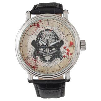 クールな血の(ばちゃばちゃ)跳ねるの武士の鬼のマスクの舵輪の入れ墨 腕時計