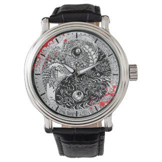 クールな血の(ばちゃばちゃ)跳ねるの陰陽のドラゴンの入れ墨の芸術 腕時計