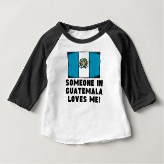 グアテマラの誰かは私を愛します! ベビーTシャツ