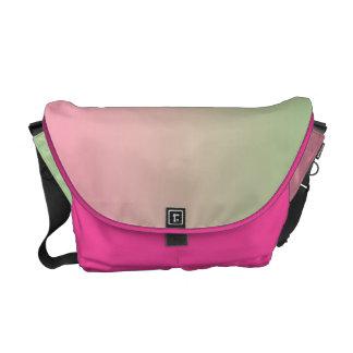 グラデーションなピンク及び緑 メッセンジャーバッグ