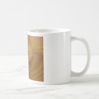 グラニュー糖が付いている木のテーブルのブリオッシュ コーヒーマグカップ