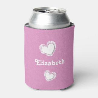 グランジなハートおよび名前をカスタムするを用いるピンクそして白 缶クーラー