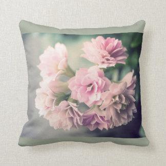 グランジなヴィンテージの花の枕 クッション
