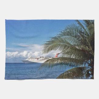 グランドケイマンの島でつながれるカーニバルの遊航船 キッチンタオル