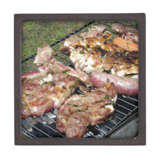 グリルのバーベキューで料理されたステーキそしてソーセージ ギフトボックス