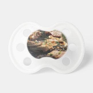 グリルのバーベキューで料理されたステーキそして鶏 おしゃぶり