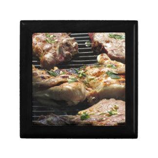 グリルのバーベキューで料理されたステーキそして鶏 ギフトボックス