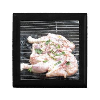 グリルのバーベキューで料理された鶏 ギフトボックス