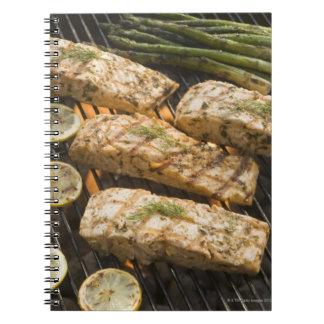 グリルの魚およびアスパラガスの料理 ノートブック