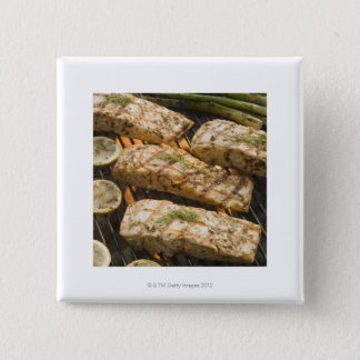 グリルの魚およびアスパラガスの料理 5.1CM 正方形バッジ