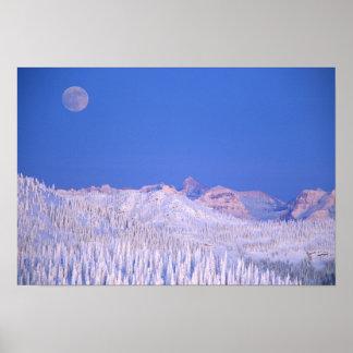 グレーシャー国立公園の上に上がる満月 ポスター
