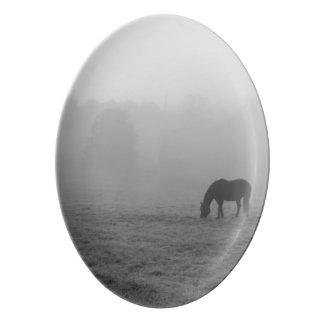 グレースケールを牧草を食べるHazzy 磁器大皿