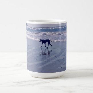 グレートデーンのビーチのマグ コーヒーマグカップ