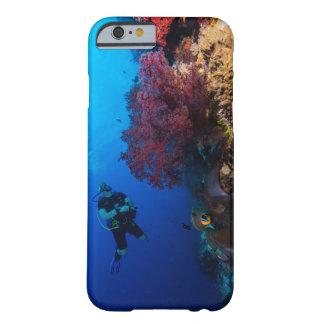 グレート・バリア・リーフのダイバーそして柔らかい珊瑚 BARELY THERE iPhone 6 ケース