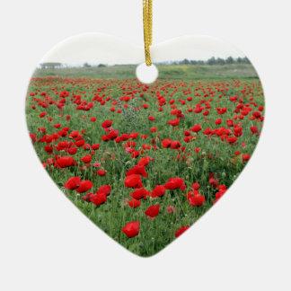ケシ分野の自然の景色の赤によってはが開花します 陶器製ハート型オーナメント