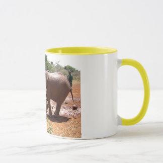ケニヤで洗浄しているベビー象 マグカップ