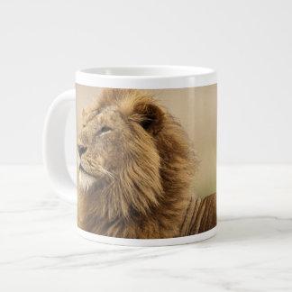 ケニヤ、マサイ語マラ。 シロアリの成人男子のライオン ジャンボコーヒーマグカップ