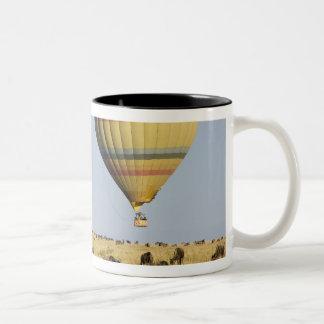 ケニヤ、マサイ語マラ。 観光客は熱気の気球に乗ります ツートーンマグカップ