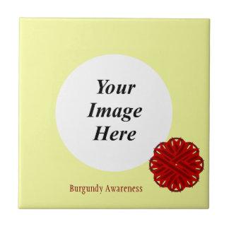 ケネスYoncich著バーガンディの花のリボンのテンプレート タイル