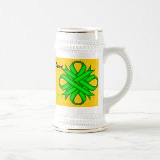 ケネスYoncich著ライムグリーンのクローバーのリボンTmpl ビールジョッキ