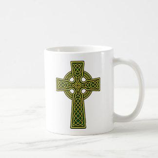 ケルト十字の金ゴールドおよび緑 コーヒーマグカップ
