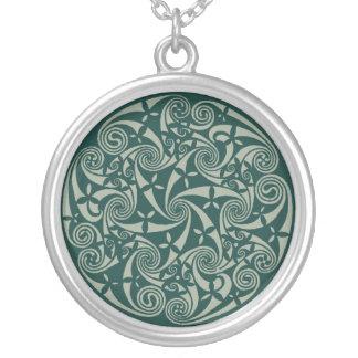 ケルト結び目模様の円形浮彫りの円形のデザイン、アイルランドのアートワーク シルバープレートネックレス