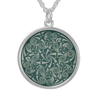 ケルト結び目模様の円形浮彫りの円形のデザイン、アイルランドのアートワーク スターリングシルバーネックレス