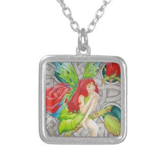 ケルト結び目模様の十字の赤いバラの妖精 シルバープレートネックレス