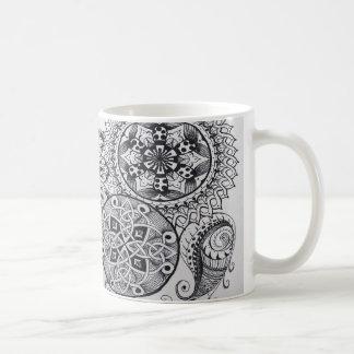 ケルト結び目模様の曼荼羅のもつれパターンペイズリーの黒 コーヒーマグカップ