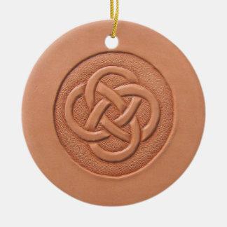 ケルト結び目模様の陶磁器のオーナメントの手によって用具を使われる革 セラミックオーナメント