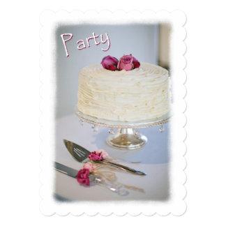 ケーキおよびバラ記念日のパーティの招待状 カード