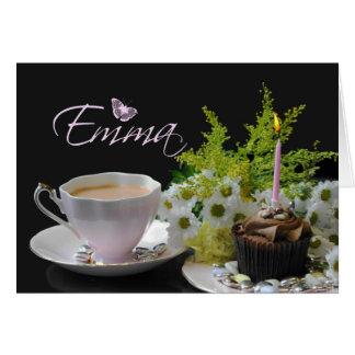 ケーキの茶および花が付いているエマのバースデー・カード カード