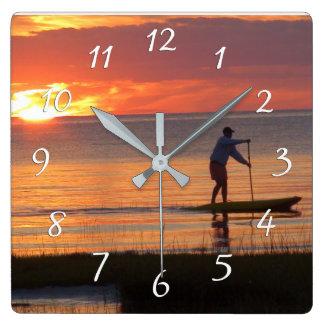 ケープコッドのビーチの日没の水道委員会の人 スクエア壁時計