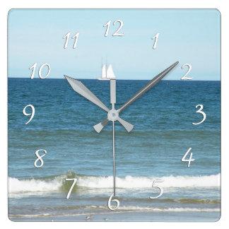 ケープコッドのビーチの時計の海のヨット スクエア壁時計