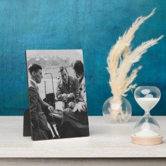 ゲートの古いイメージの人-写真のプラク及びイーゼル フォトプラーク