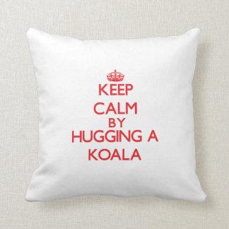 コアラを抱き締めることによって平静を保って下さい クッション