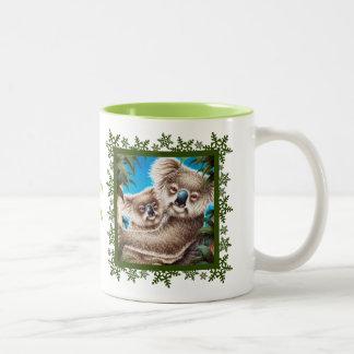 コアラ及びベビーのクリスマスの雪片のマグ ツートーンマグカップ