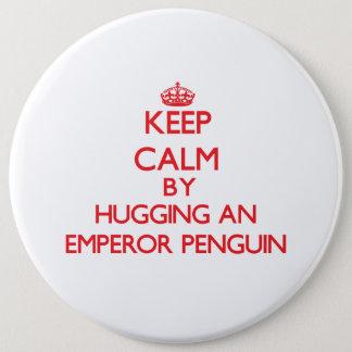 コウテイペンギンを抱き締めることによって平静を保って下さい 15.2CM 丸型バッジ
