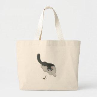 コオロギを追跡している猫 ラージトートバッグ