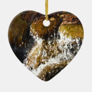 コケに落ちる水は石を覆いました セラミックオーナメント