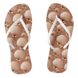 ココア茶色のチョコレートそして黄褐色の貝殻 ビーチサンダル