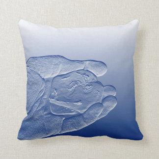 コショウによって上げられる青い食糧抽象芸術を保持する手 クッション