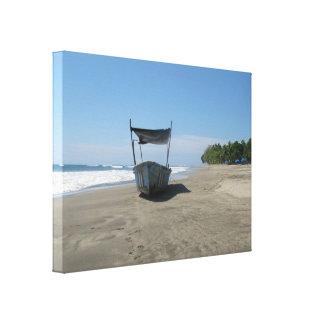 コスタリカのビーチの漁船 キャンバスプリント