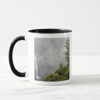 コスタリカの山の雲の森林はLaに近づきます マグカップ
