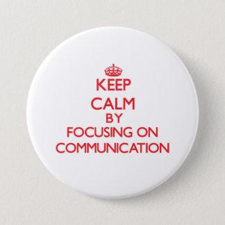 コミュニケーションに焦点を合わせることによって平静を保って下さい 7.6CM 丸型バッジ