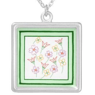 コラージュのネックレスを引くカラフルな春の花 シルバープレートネックレス