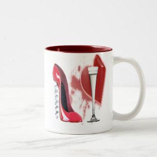 コルクせん抜きの赤い小剣の靴、シャンペンおよびハート ツートーンマグカップ