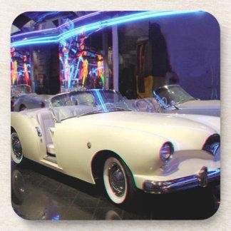 コルクのコースターは1953年のKaiser Darrinのクラシック車を置きました コースター